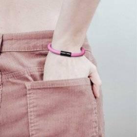 Bracelet avec fermoir magnétique noir mat et câble RM08 (effet soie Fuchsia)